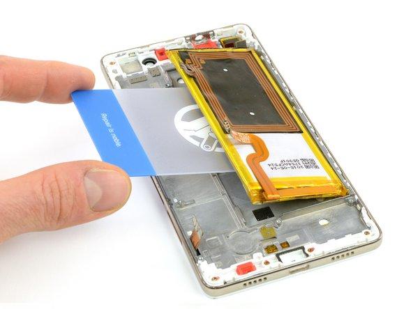 De même que dans le tutoriel de retrait de la batterie, servez-vous de la languette pour retirer une des bandes adhésives sous la batterie.