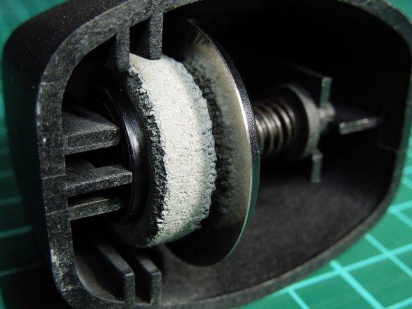 Image 3/3: Nun wird Andruckwalze sichtbar und kann bzgl. Verschleiß überprüft werden.