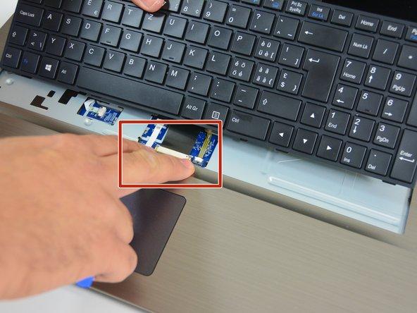 Apparaissent alors le câble de connexion du clavier et le câble de rétroéclairage du clavier