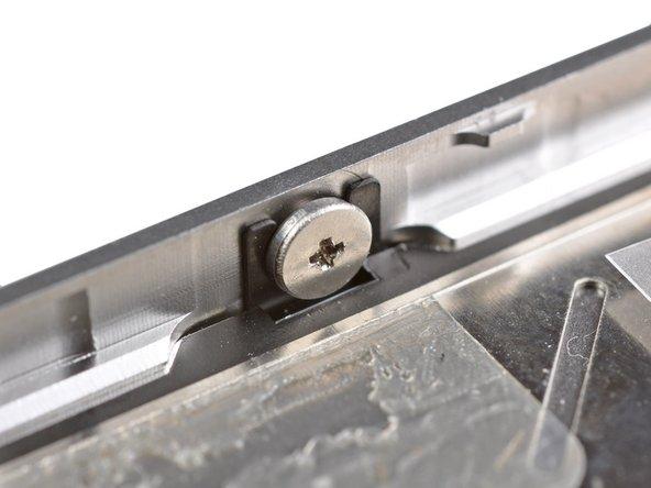 Не обязательно полностью выкручивать данные винты. При установке дисплея назад убедитесь, что крепления плотно зашли под головки винтов(как показано на втором изображении).