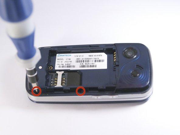 Utilisez un tournevis cruciforme pour retirer les quatre vis Phillips # 000 de 2 mm de chaque coin de l'appareil.