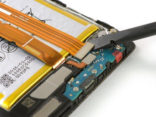 Avec une spatule, débranchez la nappe d'interconnexion.