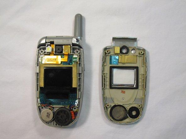 Placez le téléphone et la façade sur une surface propre et plane.
