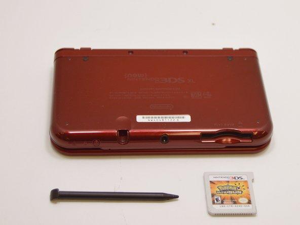Asegúrese de que el dispositivo esté apagado y de que se hayan retirado el lápiz y la tarjeta de juego.