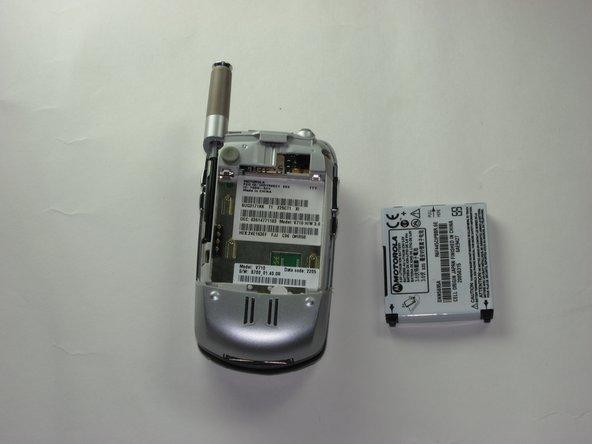 Retirez la batterie du téléphone en tirant doucement vers le haut sur la batterie avec vos doigts.