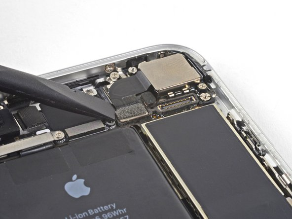 Usa el extremo plano de un spudger para hacer palanca y desconectar el conector de cable de cámara de su zócalo.