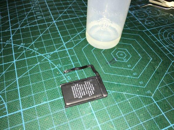 把电池取出后,拆开保护板的位置,对内部腐蚀的地方用洗板水清理,重新充电激活