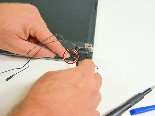 Image 1/3: Gehen Sie nun zum linken Scharniergelenk zurück und lösen Sie die externe Schraube.