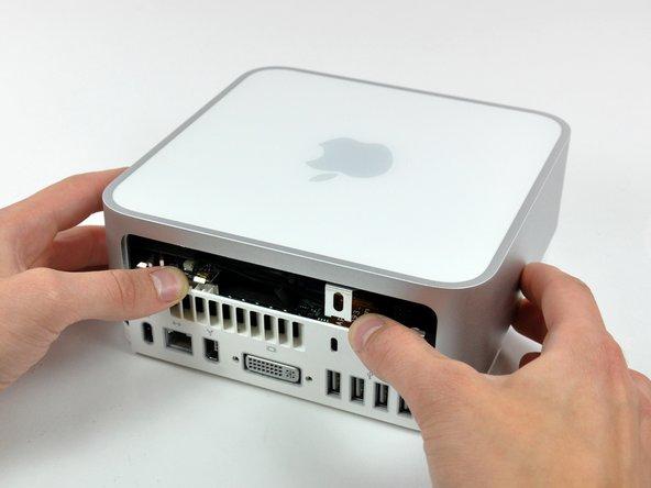 Installazione dell'alloggiamento superiore nel Mac mini modello A1176