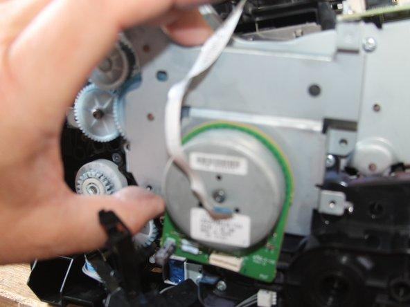 Hauptgetriebe vorsichtig und gerade vom Drucker abziehen. (Vorsicht: Lose Zahnräder!)