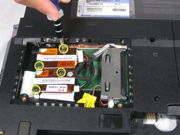Retirez les quatre vis de 9,1 mm attachées aux cartes Ethernet et modem.