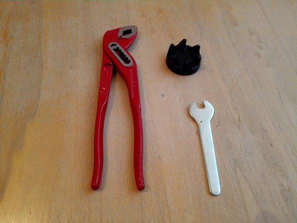 Blender vom Stromnetz trennen. Werkzeuge und Ersatzteil vorbereiten. Benötigtes Werkzeug: Original Gabelschlüssel, kleine Wasserpumpenzange. Ersatzteil: Hartgummi-Kupplung