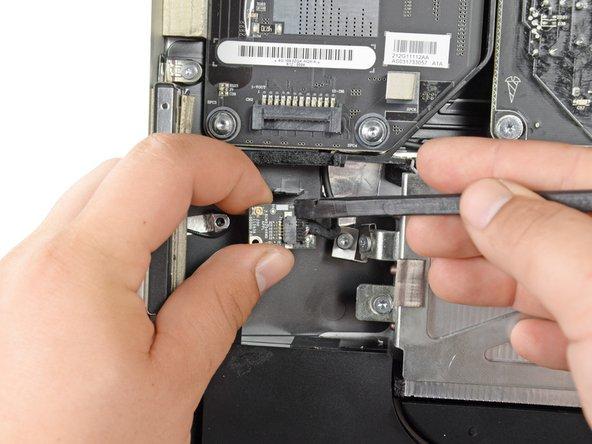 Löse das Klebeband ab, mit dem die Bluetooth Karte eingewickelt ist. Sei sorgfältig und ziehe nicht zu sehr am Anschlusskabel.