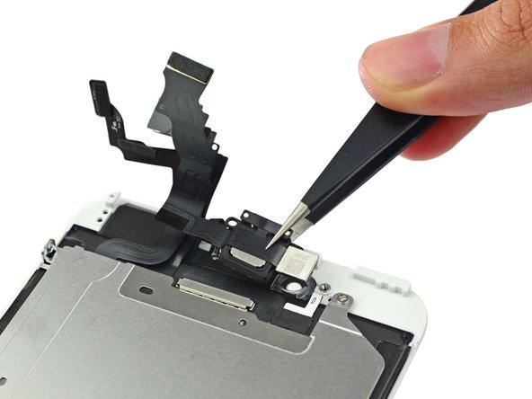 La fotocamera anteriore fa parte di un piastra di cablaggio più grande, sul quale c'è anche l'altoparlante. Entrambi sono nello chassis anteriore dell'iPhone 6 Plus.