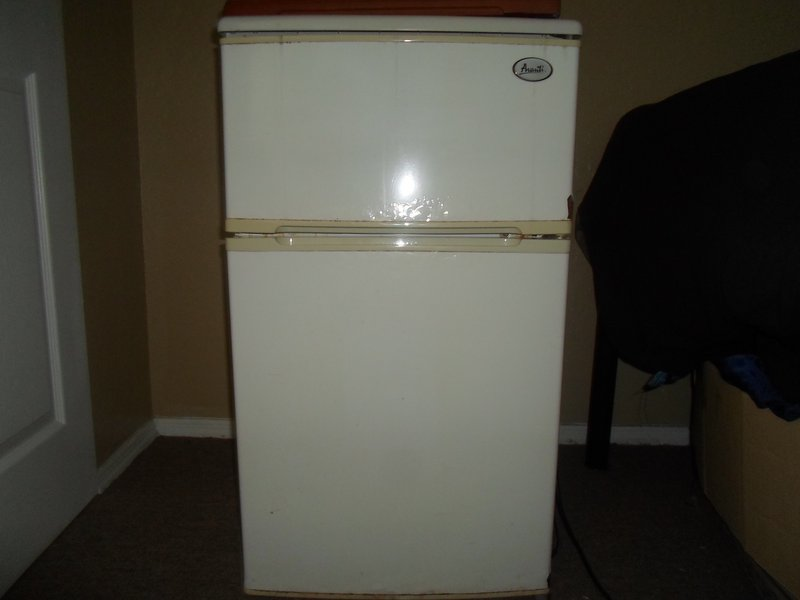 Avanti 308YWT. A White Compact Refrigerator With Separate Freezer ...