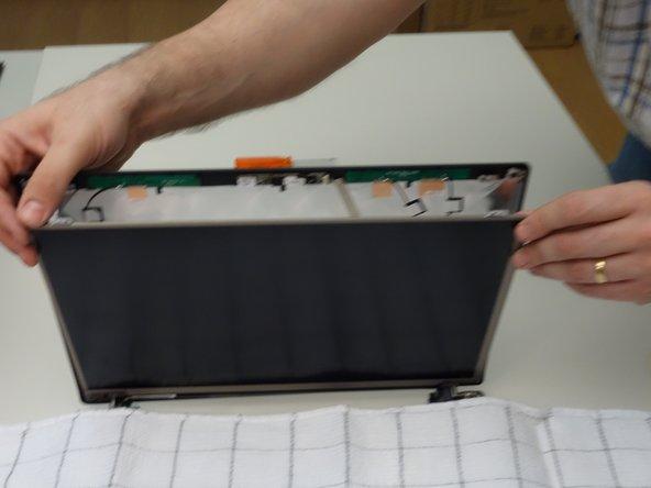 Posez délicatement l'écran LCD sur le clavier en ayant pris soin de recouvrir ce dernier avec un linge.
