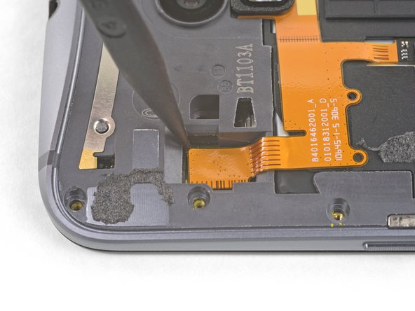 Use the tip of a spudger against the corner of the flash connector to pry the connecter straight up and out of its socket.