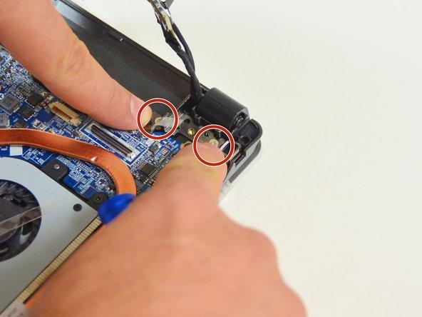 Image 3/3: Orten Sie nun die zwei Schrauben welche den LCD Bildschirm auf der Seite des Ventilators befestigen.