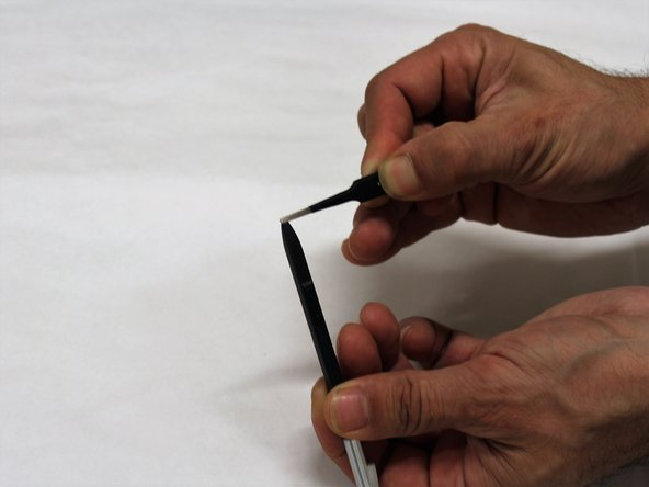 To remove the pen tip, position it in the gap of the tweezers.