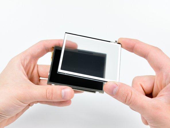 Passez soigneusement le bord de l'outil d'ouverture le long du périmètre de la vitre tactile pour la détacher de l'écran LCD inférieur.