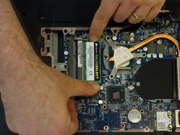 Image 2/3: Soulever légèrement la barrette avec son connecteur.