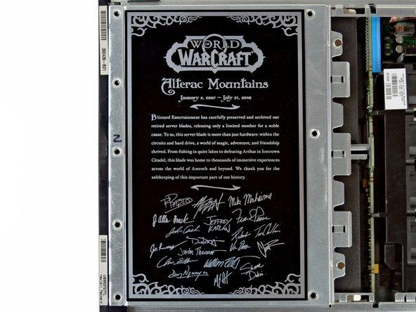 Ce rack de serveur en particulier, est un HP Proliant BL25p que Blizzard a orné d'une plaque commémorative. Wow.