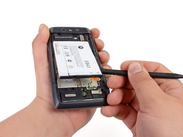taking out the battery in the Motorola Droid 4 teardown