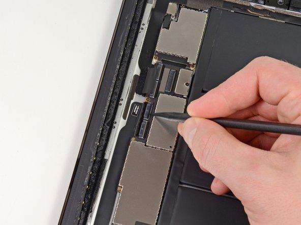 Klappe die Haltelasche über beiden ZIF Steckern des Touchscreen Flachbandkabels um.