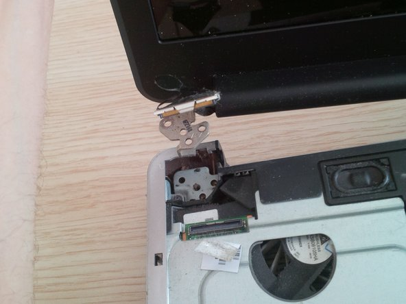 Remove the hinge screws with the screwdriver from the left side to the right side.