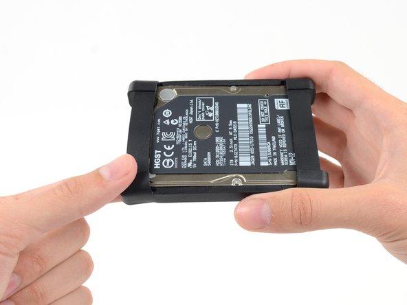 Décollez le manchon du disque dur souple dans le coin supérieur gauche du disque dur.