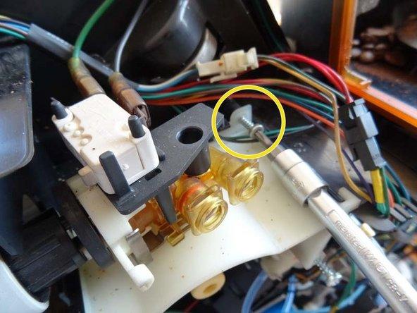 Zur Montage muss der helle Träger herausgezogen werden, dazu die markierte Schraube lösen.