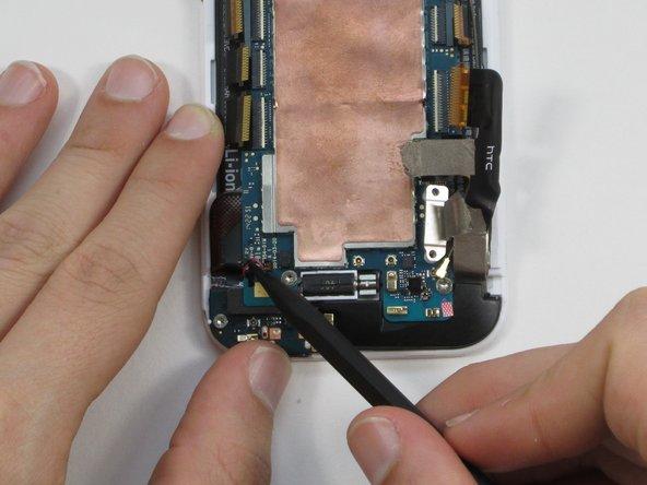Da der Stecker sehr klein ist und leicht brechen kann, solltest du beim Herausziehen sehr vorsichtig sein. Es kann hilfreich sein, während du nach links ziehst, etwas mit den Kabeln zu wackeln.