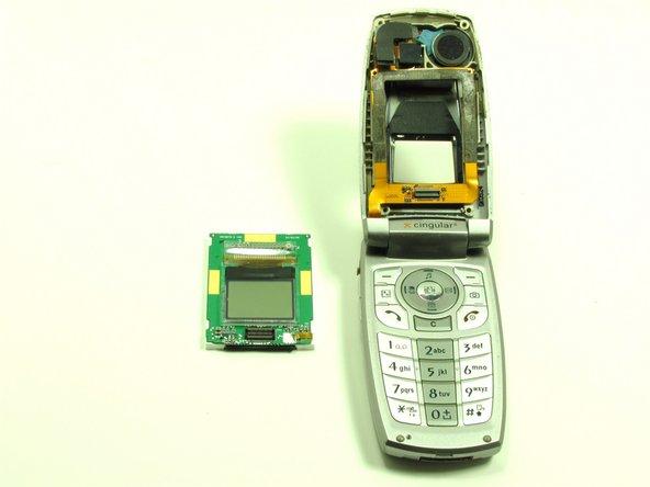 L'écran LCD externe se situe sur la carte mère, qui est attachée à l'arrière de l'écran LCD interne.