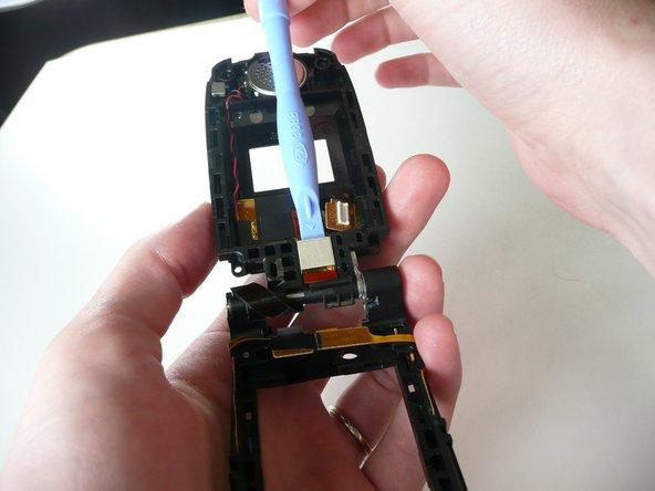 Utilisez le dispositif d'ouverture iPod pour enlever le couvercle métallique.