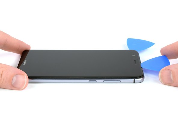 After you slid the opening pick completly around the phone, twist it at the top of the phone, to seperate the display from the midframe.
