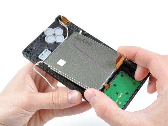 Soulevez l'ensemble LCD inférieur hors de la DSi.