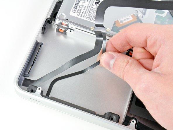 上部ケースに接着剤で留められている薄いIRセンサー/スリープ時のLEDリボンケーブルを丁寧に剥がします。