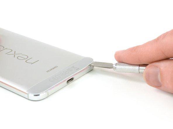 Die Klinge ist sehr scharf. Sei vorsichtig,  nicht dich selbst oder das Smartphone zu schneiden.