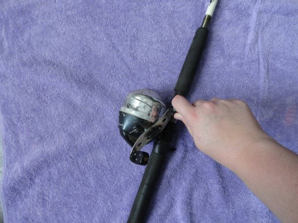 To re-tighten the thread you loosened in the previous steps, simply turn the fishing handle in a clockwise motion.