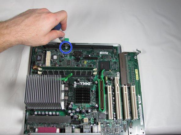 Sujete el disipador de calor con la mano izquierda y el panel del puerto de E / S con la mano derecha y tire de la placa base por separado de la base de metal.