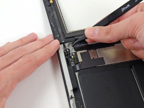 Ziehe mit einer Pinzette das Kabel zum Home Button aus seinem Sockel auf dem Logic Board.