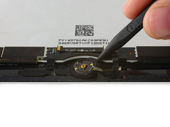 继续使用撬棒的尖端在垫圈周围撬动,直到垫圈完全与前面板分离。