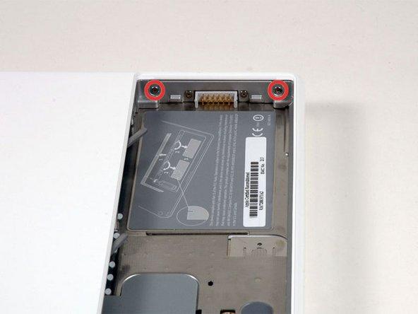 バッテリーの右側の仕切りの両端にある下記の二つのネジを外してください。(バッテリーコネクタに近い方のネジはバッテリーコネクタを固定しているだけなので外す必要はありません。)