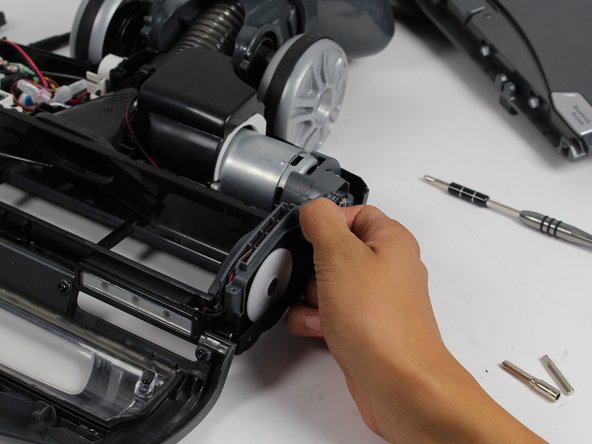 Remove the black belt located on the right face of the vacuum nozzle.