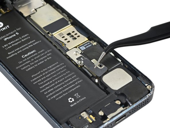 Retirez le cache métallique du connecteur de batterie de l'iPhone.