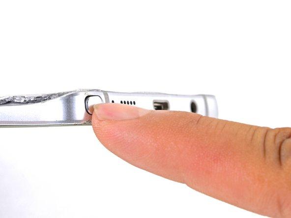 Sペンのボタンをカチッと音がするまで爪で押すと、スマートフォンからSペンが飛び出します。
