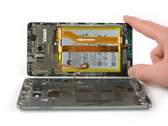 N'ouvrez pas encore complètement le téléphone. La nappe du capteur d'empreintes digitales est toujours connectée à la coque arrière.