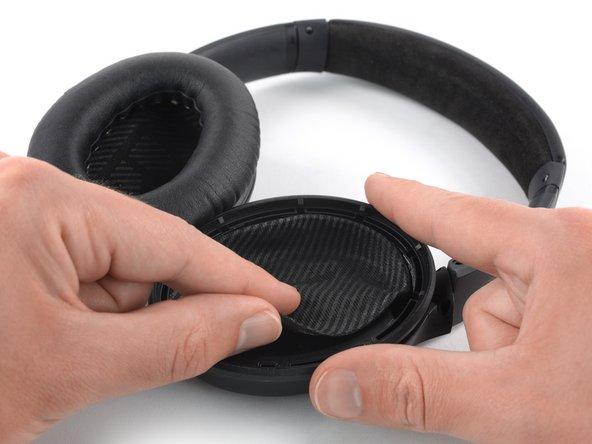 Trek de beschermlaag aan de binnenkant van de oorschelp op voorzichtige wijze los.