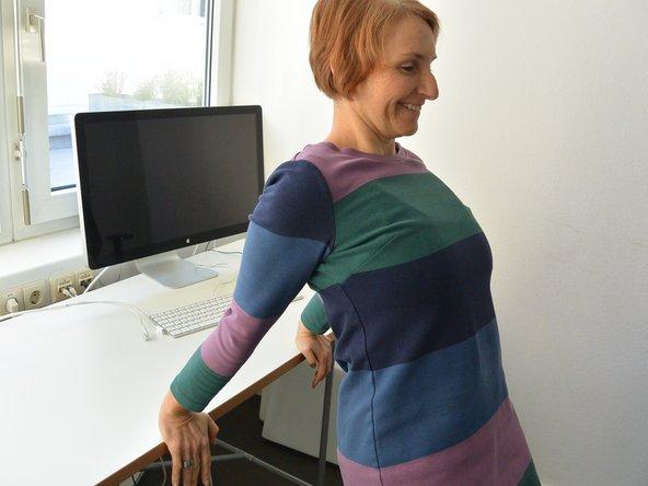 Stelle Dich mit dem Rücken zum Tisch und lege Deine Hände auf die Tischplatte. Gehe nun ein paar Schritte vorwärts, baue eine Körperspannung auf (Bauch einziehen ☺) und führe nun Deine Schultern nach oben zu den Ohren. Jetzt drückst Du Dich aktiv mit gestreckten Ellbogen nach oben und bringst die Schultern in die Ausgangsstellung zurück. 6-9 Wdh