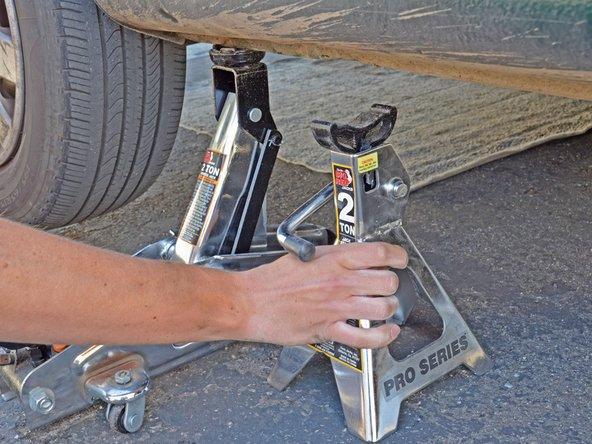 Enlevez la goupille de la chandelle pour pouvoir retirer la chandelle de sous la voiture.
